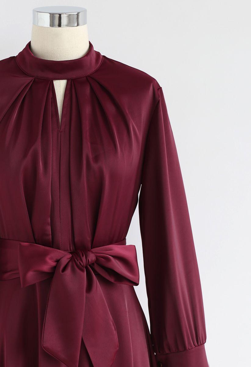 Saisissez la robe de satin bowknot Spotlight en vin