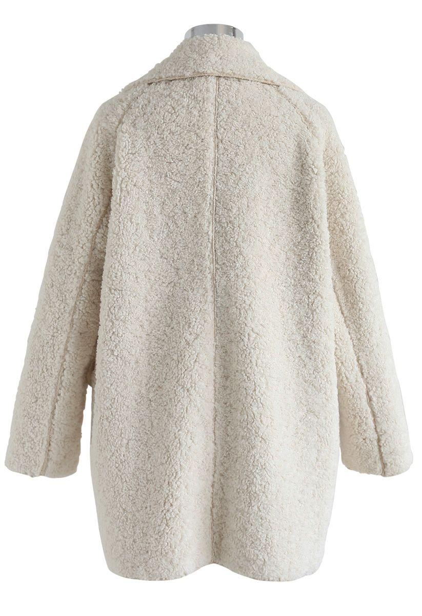 Out avec un manteau sherpa en ivoire
