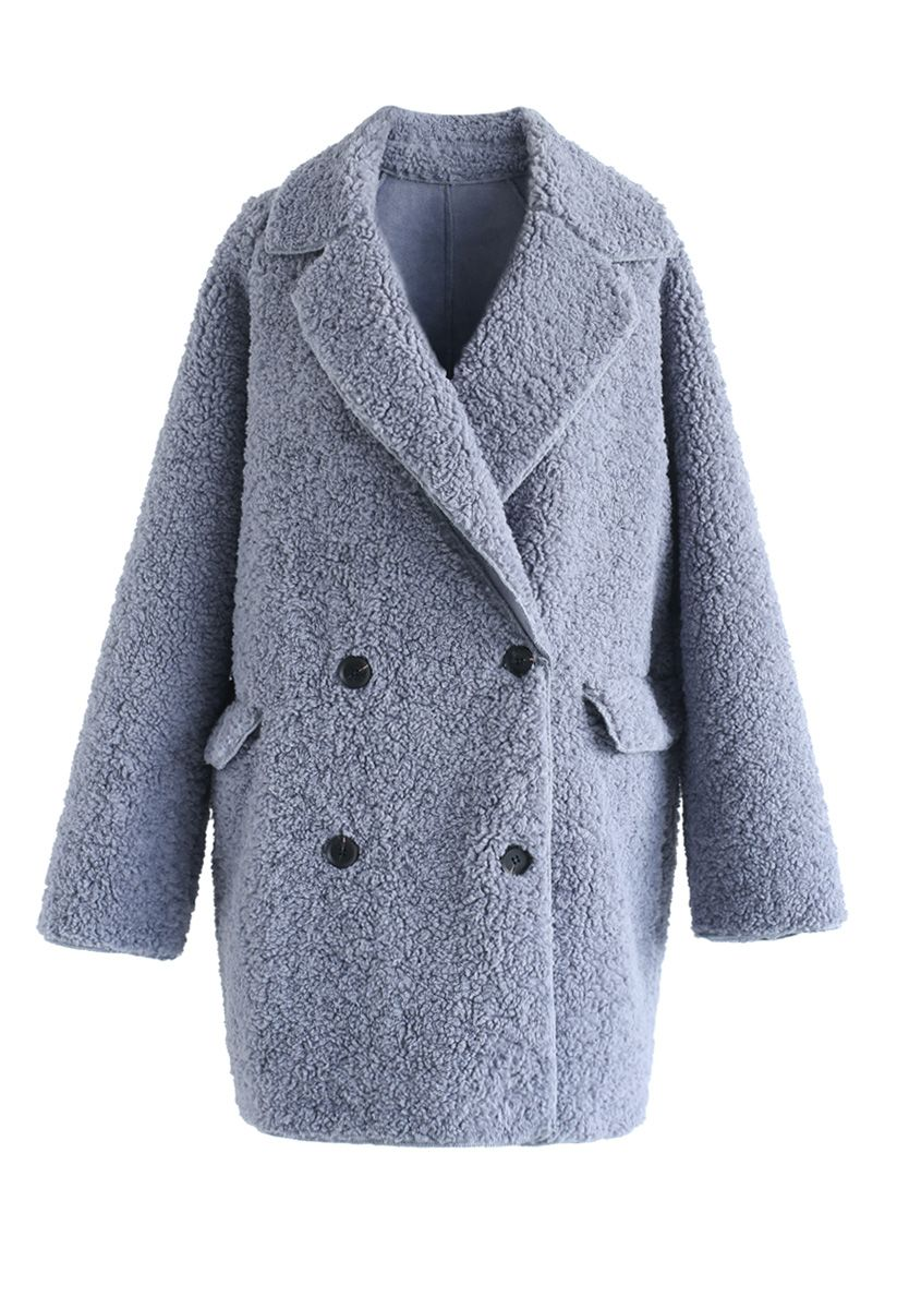 Out avec un manteau Sherpa en bleu poussière