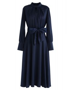 Saisissez la robe de satin bowknot Spotlight en marine