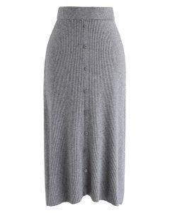 Jupe mi-longue en tricot côtelé à bordure boutonnée en gris